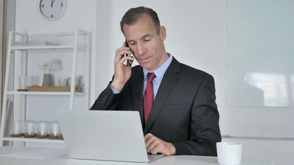 Thumbnail for Geschäftsmann im mittleren Alter telefonieren, mit dem Kunden verhandeln