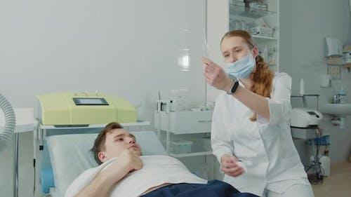 Der Patient kommuniziert mit einer jungen Krankenschwester in der Krankenstation