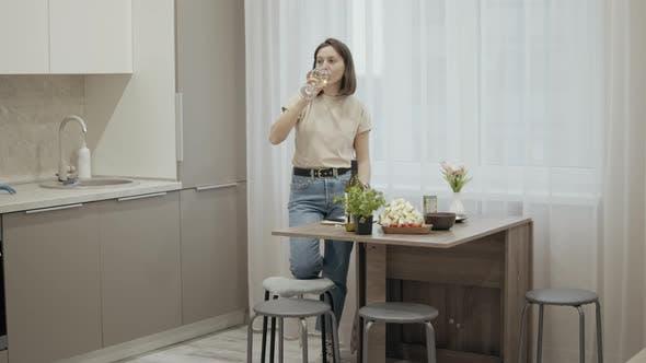 Frau bereitet Dinner zu Hause vor