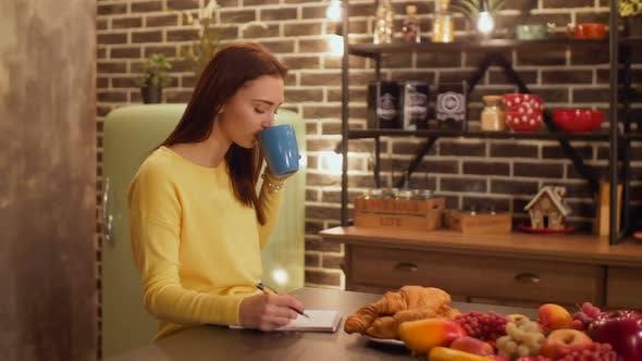 Thumbnail for Frau machen Einkaufsliste in der Küche