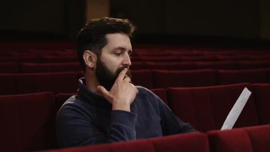 Mann Regie eine Szene im Theater