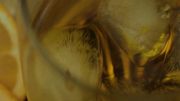 Whisky mit Eiswürfeln im Trinkglas. Glas Rum Alkohol