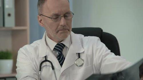 Medic Studium der MRT und Sicherstellung von schweren Krankheiten Schreiben von Mail an Kollegen