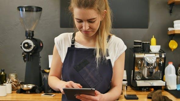 Thumbnail for Lächelnd und fröhlich Barista mit digitalen Tablet für die Arbeit