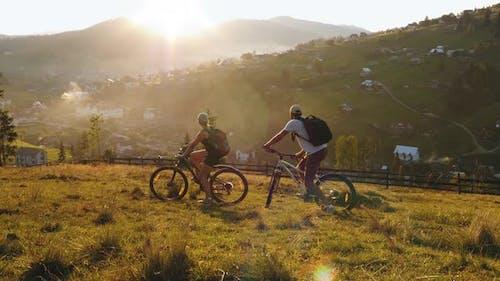 Ein Paar ein Paar Radfahrer, die in den Bergen reiten