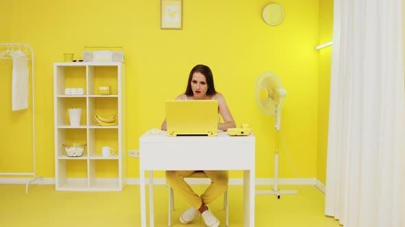 Frau gelingt bei ihrer beruflichen Aufgabe