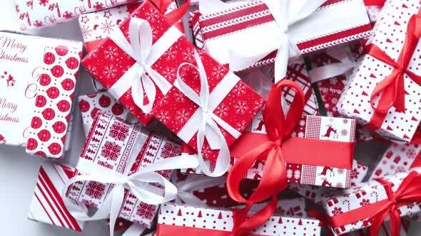 Thumbnail for Weihnachten-Konzept. Nahaufnahme von festlichen papiergewickelten Geschenken mit