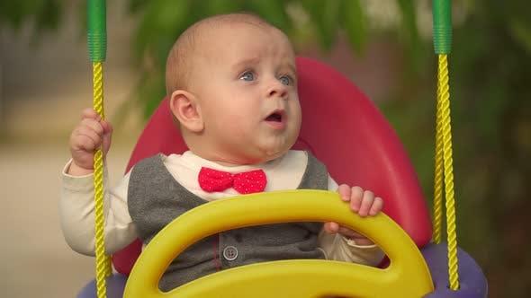Baby Boy Porträt auf Schaukel