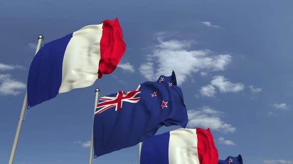 Viele Flaggen von Neuseeland und Frankreich