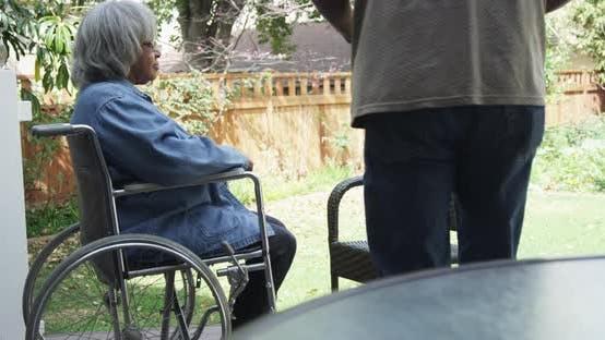 Thumbnail for Happy senior afrikanische paar sitzen und trinken Kaffee zusammen