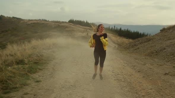Frau joggt in den Bergen