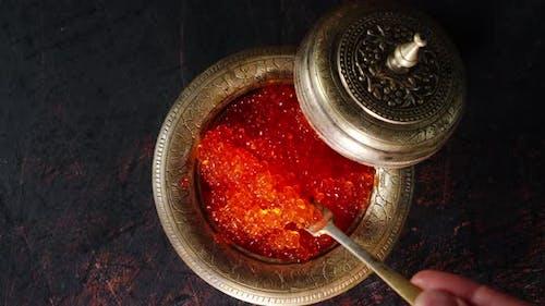 Der Rote Kaviar wird mit einem Spatel gerührt