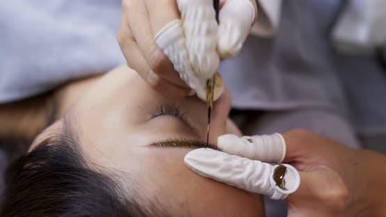 Thumbnail for Junge Frau bekommt Gesichts-Beauty-Verfahren, microblading Verfahren auf Frau Auge im Schönheitssalon