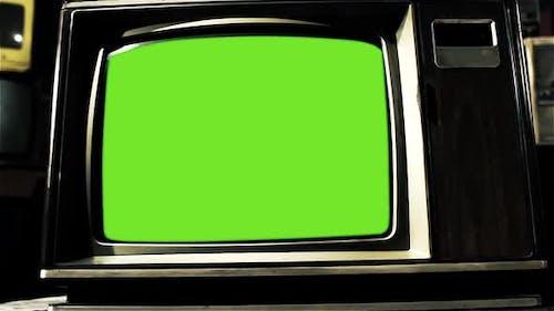 Ancien téléviseur des années 80 avec écran vert. Dolly In.