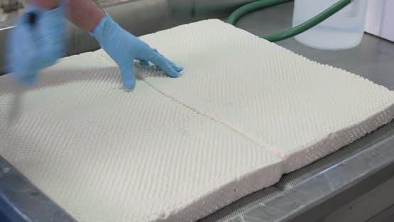 Italienischer Mozzarella-Käse herstellen