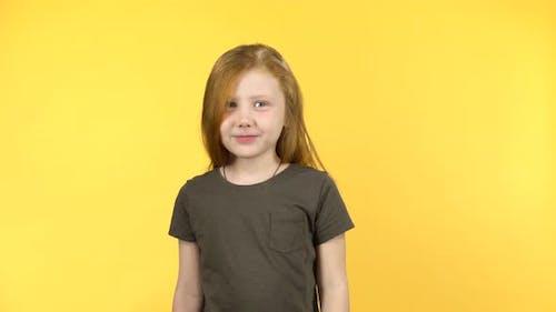 Kleines Mädchen zeigt Emotion Bestrafung, Compositing auf gelbem Hintergrund