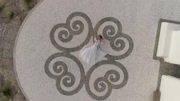 Thumbnail for Luftaufnahme der Frau mit Hochzeitskleid, Insel Santorini, Griechenland.