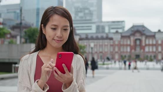 Utilisation du téléphone intelligent par les femmes dans la station de Tokyo
