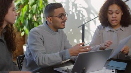 Mitarbeiter diskutieren emotional über Projekt