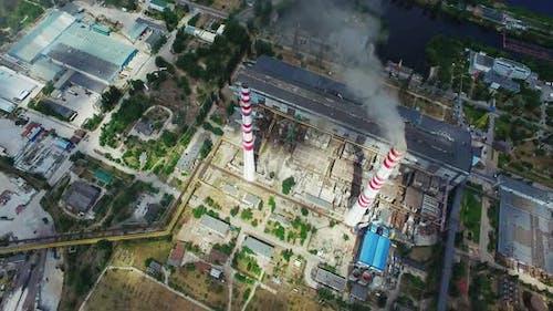 Elektrokraftwerksinfrastruktur mit Rauchstapel