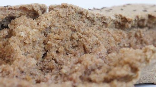 Grundnahrungsmittel serviert nach dem Backen langsam neigen 4K 2160p 30fps UltraHD Filmmaterial - Dunkelbraun leckeres Brot cr