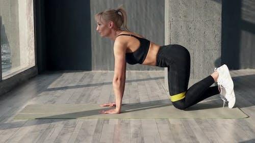 Fitness-Frau verwendet Gummiband für Sport