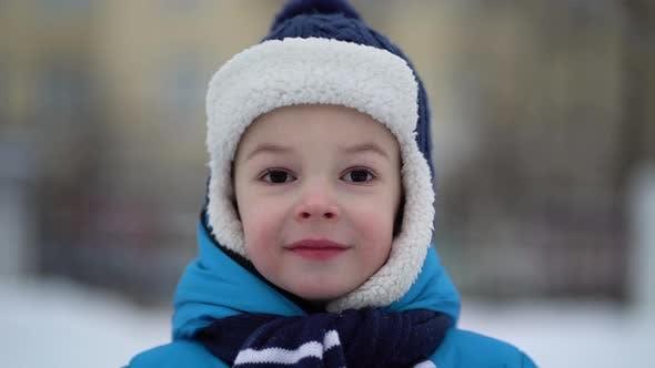 Thumbnail for Junge Porträt auf Winterwald