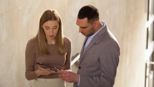 Thumbnail for Geschäftsfrau und Geschäftsmann mit Tablet