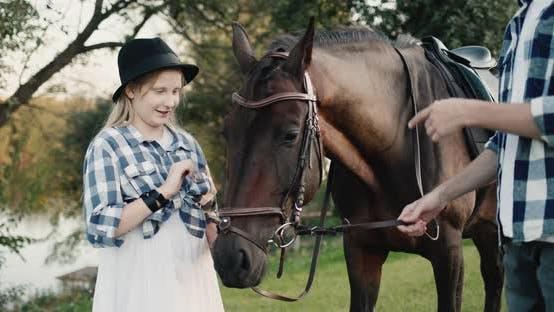 Fille drôle à une séance photo avec un cheval