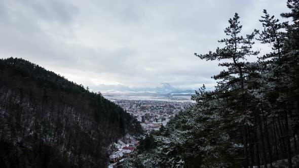 Timelapse of Rasnov seen between hills