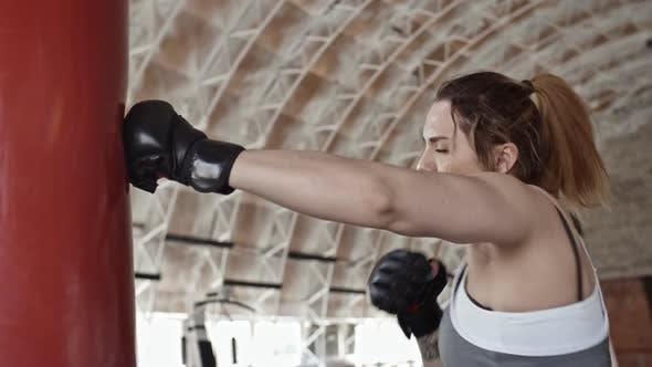 Thumbnail for Weibliche Sportlerin Üben Boxen Fähigkeiten