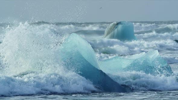 Extreme Waves Crashes Through the Blocks of Icebergs