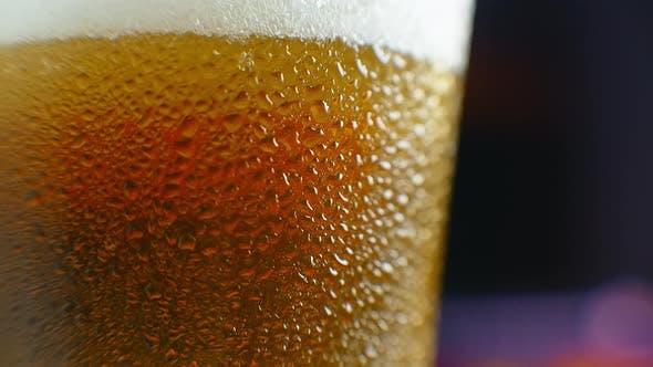 Thumbnail for Bier Nahaufnahme. Pint Cold Craft Bier isoliert auf mattem schwarzem Hintergrund, Drehung um 360 Grad