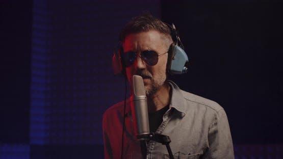 Singer Records in Studio