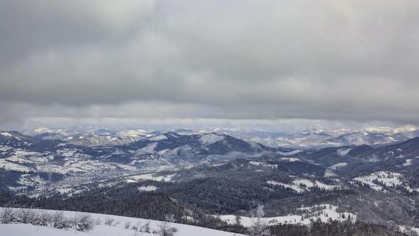 Ein starker Winterschneesturm in den Bergen