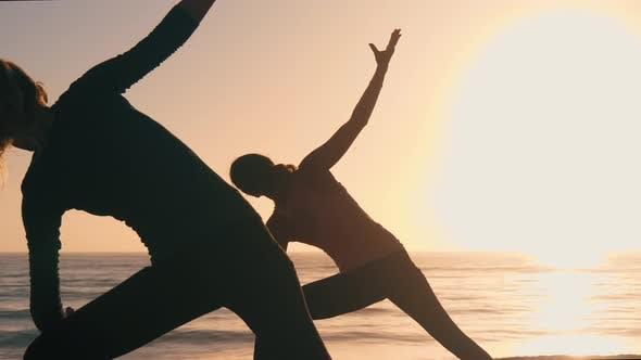Gruppe Von Frauen praktizieren Yoga