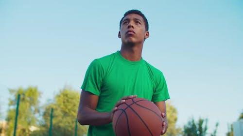 Basketballspieler schießen für Score im Freien