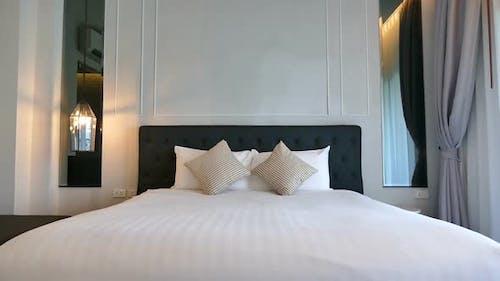 Kissen auf Bett Dekoration Innenraum des Schlafzimmers
