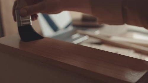 Application of Wood Varnish on Handmade Furniture
