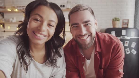 Thumbnail for Happy Couple Video Chat mit jemandem bei Weihnachten