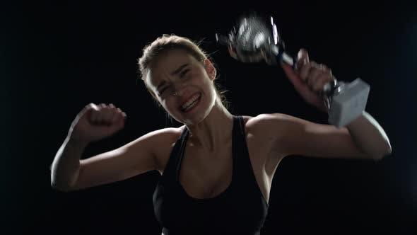 Thumbnail for Sportfrau feiert den Sportsieg mit Champion Trophy in Händen