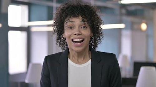 Porträt der erfolgreichen Geschäftsfrau zeigt Aufregung durch Gesichtsausdrücke und Handgeste