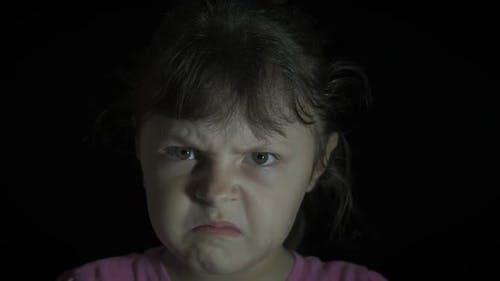 Bildnis eines verärgerten Kindes. Einzelnes wütendes Kind