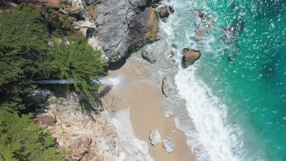 Thumbnail for Luftaufnahme von oben nach unten auf den Wasserfall, der von der Meeresklippe in den Ozean fällt