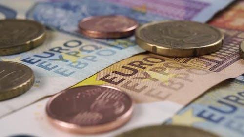 Euro-Scheine und -Münzen. Makrotextur des europäischen Bargeldes