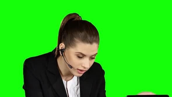 Cover Image for Angry Female Helpdesk Consultant in the Office, Green Screen