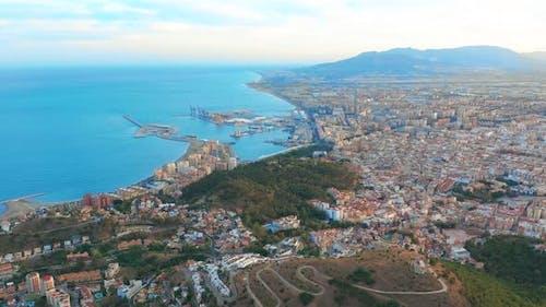 Luftaufnahme von Malaga Costa Del Sol mit dem Meer und den umliegenden Bergen