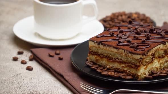 Teil des traditionellen italienischen Tiramisu-Desserts und einer Tasse Espressokaffee