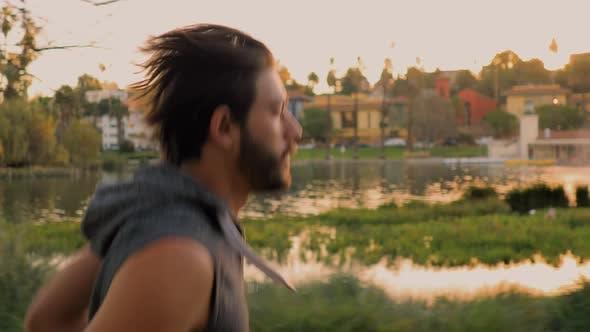 Thumbnail for Sportlicher Mann Joggen um einen Kleinen See