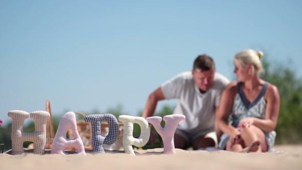 Thumbnail for Verschwommene Hintergrund der Familie mit Ruhe auf Strand